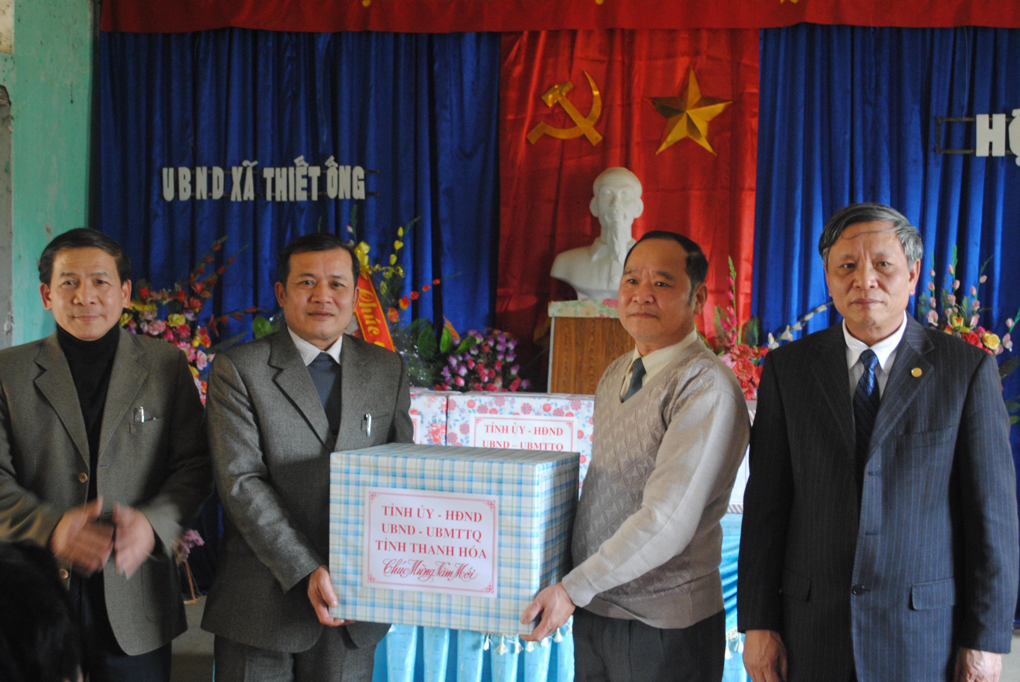 đ/c Hoàng Văn Hoằng  tặng quà tại xã Thiết Ống